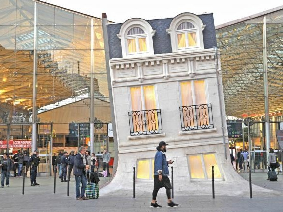 Maison Fond, curiosa installazione sul piazzale della Gare du Nord